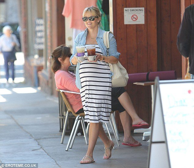 reese witherspoon maternity style