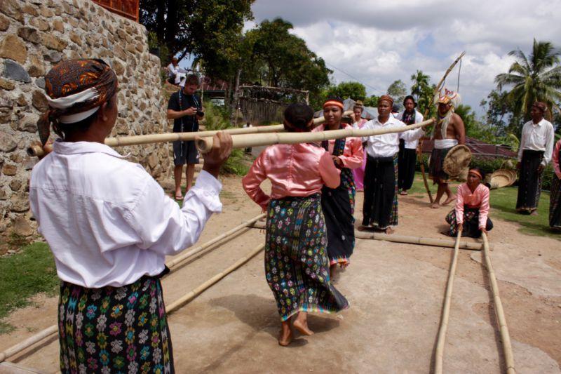 Tetek Alu Bamboo Dance