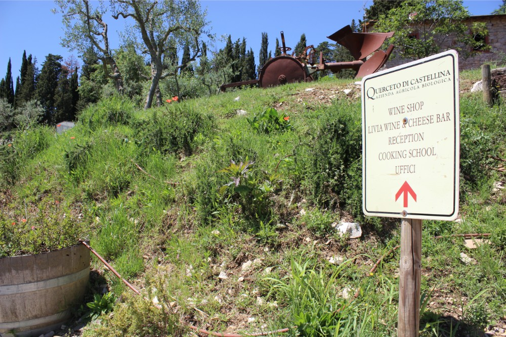 Signage pointing to the wine tasting room at Querceto di Castellina